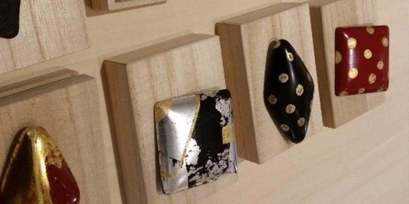 ブローチに純金箔を貼る